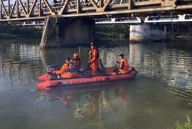SUSUR SUNGAI: Tim SAR BPBD Grobogan mencari dua anak yang tenggelam di Desa Lajer, Kecamatan Penawangan, Minggu (28/6).