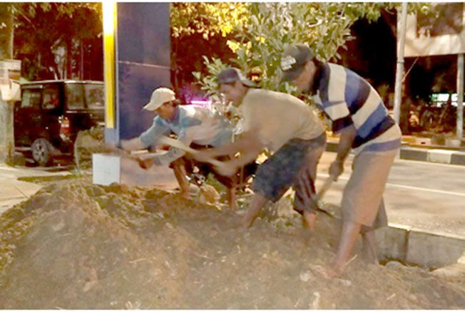 LEMBUR: Petugas PDAM Rembang melakukan penanganan secara terukur saat menjumpai wilayah unit Rembang yang mengalami gangguan beberapa hari lalu.