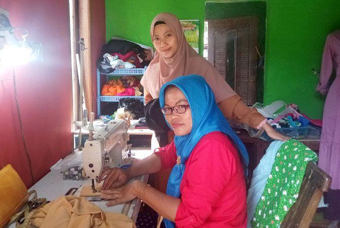 MEMBANTU: Rissa Wahyuningtyas (kerudung cokelat) mendampingi mitra kerjanya kemarin. Para pekerjanya merupakan ibu korban PHK karena pandemi korona.