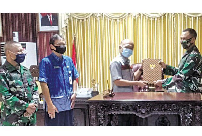 PENYERAHAN: Jajaran forkopimda saksikan penyerahan naskah proyek operasi TMMD di ruang kerja Bupati Jepara kemarin.
