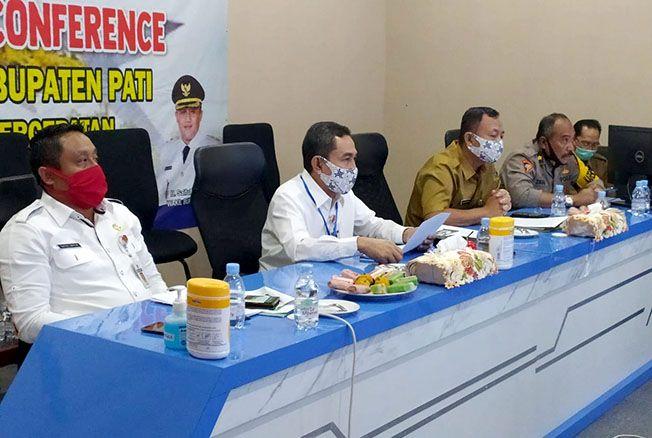 INOVASI TPI: Bupati Pati Haryanto didampingi Wabup Saiful Arifin memimpin rapat virtual mempresentasikan inovasi lelang TPI Juwana di Gedung Setda setempat kemarin.