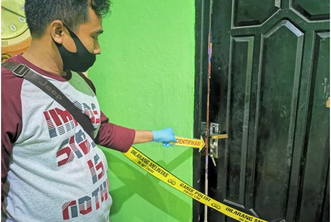 OLAH TKP: Personel Polsek Kayen melakukan olah TKP rumah warga Desa Jimbaran, Kayen, yang disatroni maling Senin (13/7) malam.