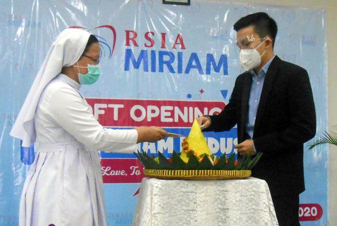 SYUKURAN: Direktur Utama RSIA Miriam dokter Billie Sancho Thea (kanan) potong tumpeng acara soft opening RSIA Miriam bersama Sr. Magda, PI kemarin.