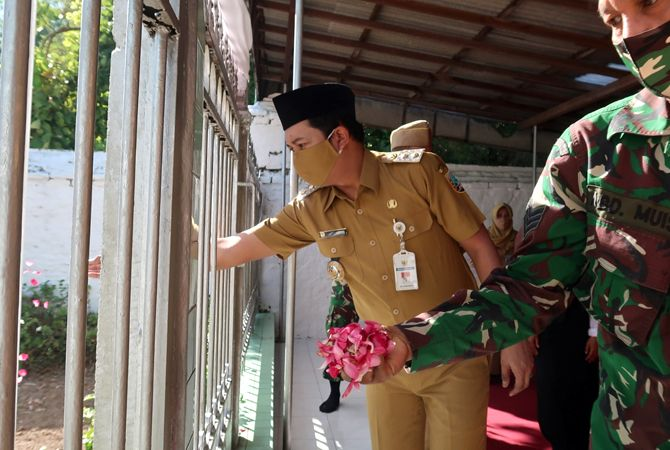 ZIARAH: Wabup Rembang Bayu Andriyanto menabur Bunga di makam Sunan Bonang.