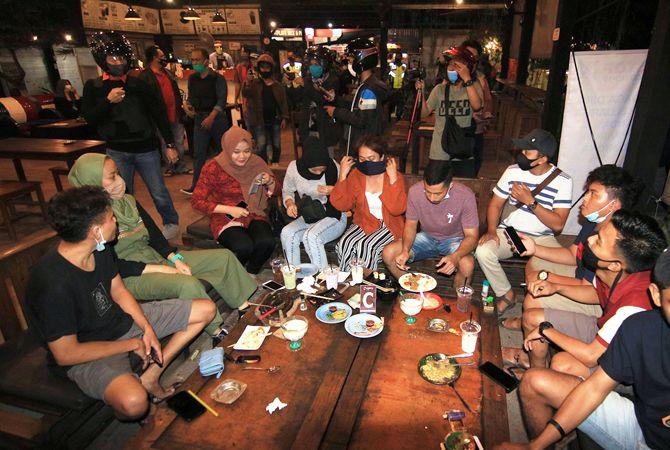 SUASANA MALAM: Sebuah kafe di kudus sudah ramai dikunjungi para pemuda foto diambil beberapa waktu lalu setelah memasuki new normal.