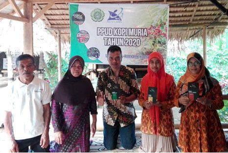 "VARIAN BARU: Dosen Unisnu Jepara bersama Sukaenah, pemilik kedai kopi ""You Soeka"" saat pendampingan inovasi produk kopi Muria."