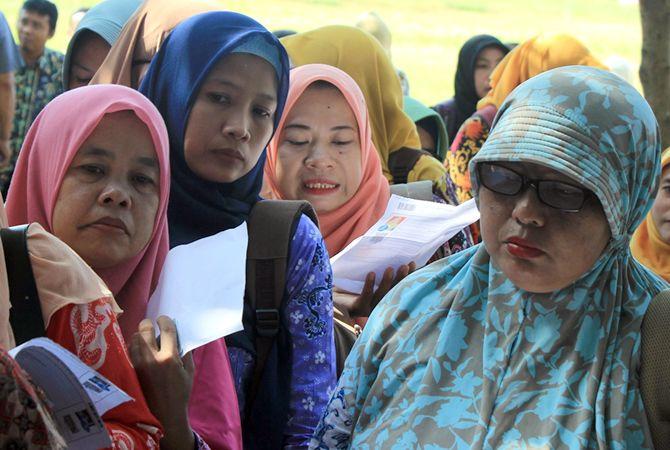 ANTRE: Peserta PPPK saat antre mendapatkan nomor tes di SMKN 2 Rembang bulan Februari 2019.