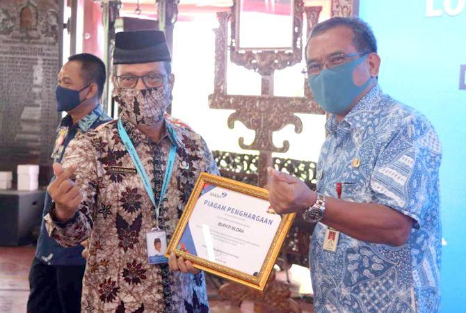 JUARA: Kepala BKKBN Perwakilan Jawa Tengah Martin Suanta saat menyerahkan piagam penghargaan kepada Bupati Djoko Nugroho di Pendapa Rumah Dinas Bupati Blora Selasa(4/8) kemarin.