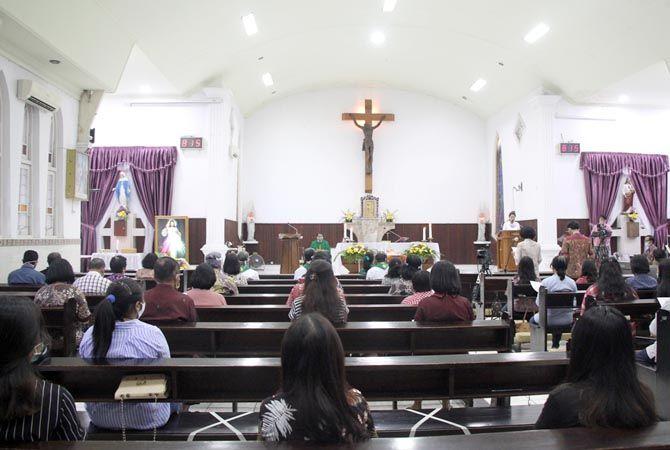 JAGA JARAK: Umat Katolik mengajalankan misa perdana di masa pandemi dengan menerapkan protokol kesehatan di Gereja Katolik Santo Petrus dan Paulus Rembang kemarin.