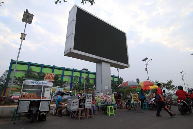 RAMAI: PKL Balai Jagong Kudus berjualan bergantian. Dari pantauan koran ini banyak pedagang tertib protokol kesehatan.