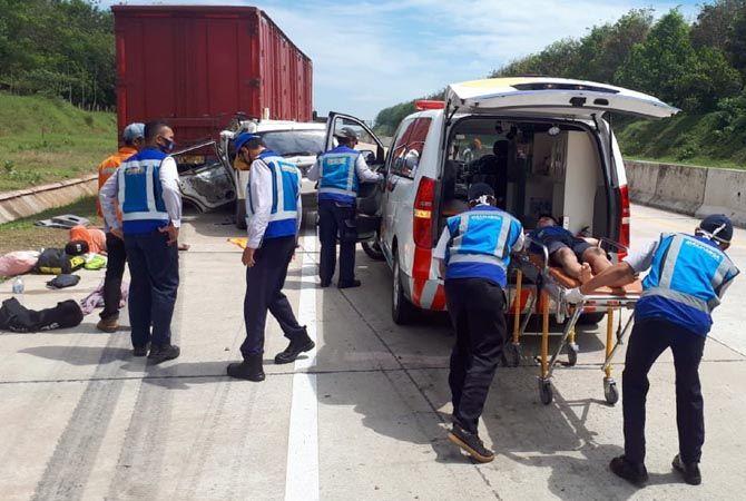 EVAKUASI: Anggota kepolisian dan petugas jalan tol mengevakuasi korban kecelakaan yang menewaskan pebulu tangkis Blora.