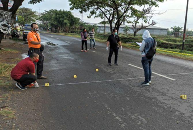 IDENTIFIKASI: Polisi melakukan olah tempat kejadian perkara (TKP) di Jalan Raya Pati-Gabus pagi kemarin.