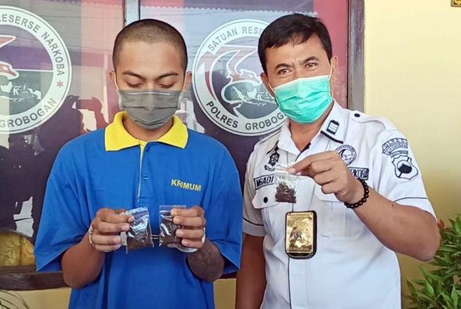 DIMINTAI KETERANGAN: Kasat Narkoba AKP Ngadiyo meminta keterangan kepada DM sebagai penjual tembakau gorilla.
