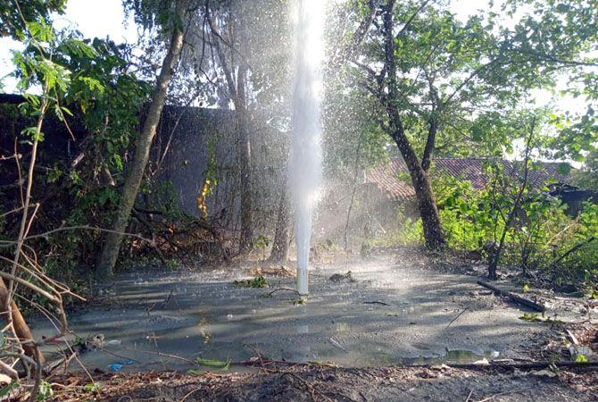 NYEMBUR: Air bercampur gas dan pasir menyembur setinggi 25 meter. Semburan itu terjadi ketika pengeboran sumur di Desa Manggarmas, Kecamatan Tanggungharjo.