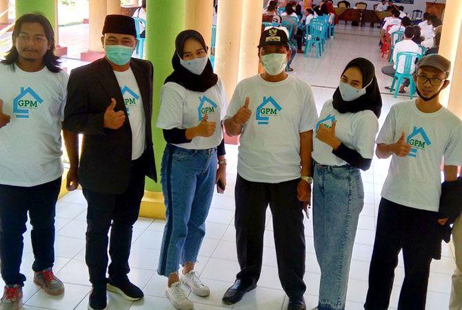 SEMANGAT: Bupati Rembang Abdul Hafidz dan Wakil Ketua DPRD Rembang Ridwan berfoto bersama milenial kota Garam saat peresmian Gerakan Pemuda Milenial (GPM)) Rembang kemarin.
