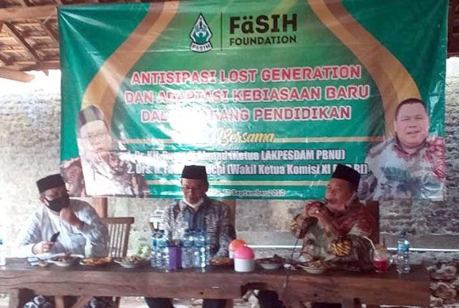 GAYENG: Anggota DPR RI Fathan Subchi (kiri) mengikuti diskusi soal pendidikan di masa new normal.
