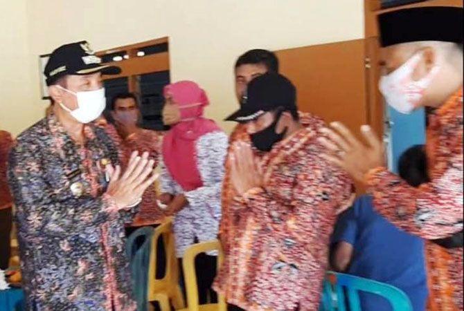 PEMBINAAN: Bupati Rembang, Abdul Hafidz saat memberikan pembinaan perangkat desa di wilayah Pancur, kemarin.