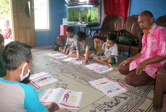 BELAJAR BERSAMA: Anak-anak belajar bersama di masa pandemi lantaran keterbatasan sarana prasarana untuk daring.