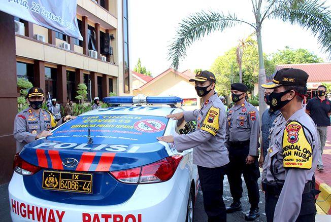 LAUNCHING: Pemasangan stiker KBM Tim Tindak Covid-19 pada peringatan HUT Lantas di Mapolres Jepara kemarin.