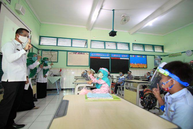 SAPA ANAK-ANAK: Plt Bupati Kudus Hartopo mengenakan face slield mengunjungi siswa SDIT Al Islam saat melaksanakan simulasi.