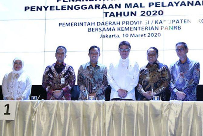 KOMITMEN: Plt Bupati Kudus Hartopo (dua dari kiri) saat menghadiri acara penandatanganan komitmen penyelenggaraan mal pelayanan publik pada Maret 2020.