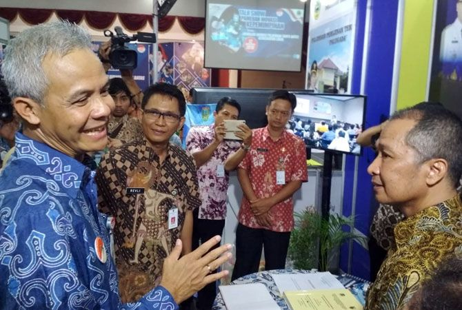 DIALOG: Plt Bupati Kudus Hartopo bersama Gubernur Jawa Tengah Ganjar Pranowo sedang asyik berdialog sebelum pandemi.