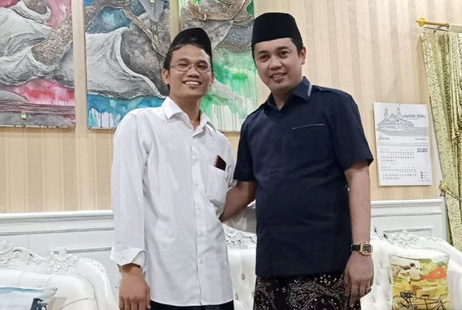 SANTAI: Gus Umam Ketua Tim Pemenangan Hafidz-Hanies saat silaturahmi di Rumdin Wakil Bupati Rembang Bayu Andriyanto (sebelum penetapan paslon).