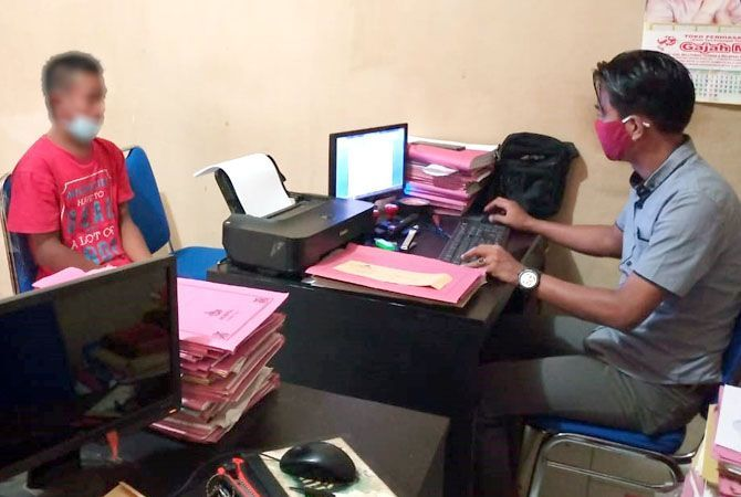 RINGKUS: Unit Reskrim Polsek Blora Polres Blora berhasil mengamankan EA usai pengutil ponsel di Kajat Cell, Jalan Raya Blora-Rembang, Kelurahan Karangjati, Kecamatan Blora, Blora, kemarin.