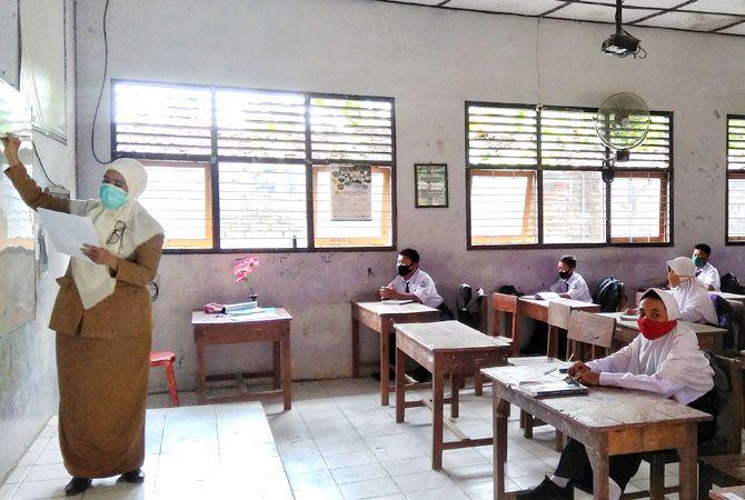PATUH PROKES: Siswa SMPN 1 Pamotan, Rembang, menjalani simulasi pembelajaran tatap muka baru-baru ini.