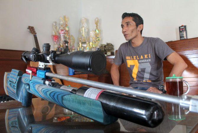 BERKUALITAS: Salah satu senapan rakitan Anung Satrio diletakkan di meja tamu baru-baru ini Anung Satrio Wibowo, Perakit Senapan Atlet Sea Games