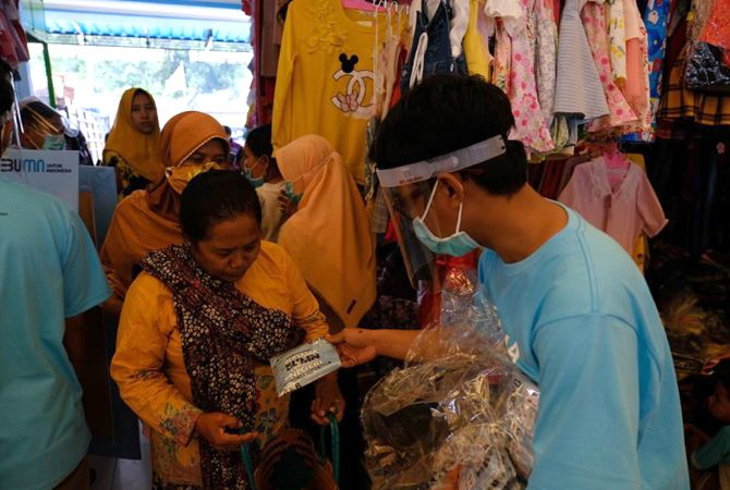 Semen GresikBagikan 1.500 Masker Kain ke Warga Rembang