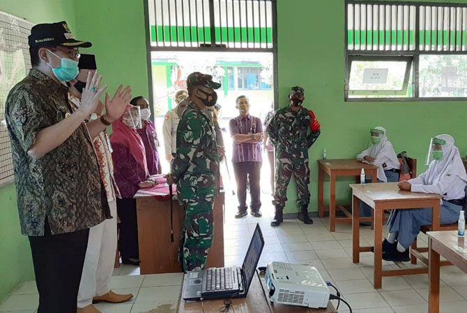 PANTAU: PjS Bupati Rembang Imam Maskur memantau jalannya protokol kesehatan di SMAN 1 Sumber.
