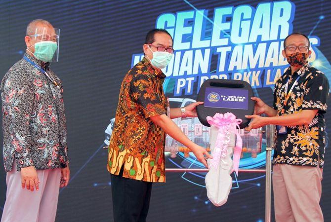 HADIAH UTAMA: Pjs Bupati Rembang Imam Maskur didampingi Direktur Utama PT BPR BKK Lasem Mokh. Suwarno menyerahkan secara simbolis satu unit Honda Mobilio hadiah utama Undian Tamades BPR BKK Lasem pada Agus Sunarto.