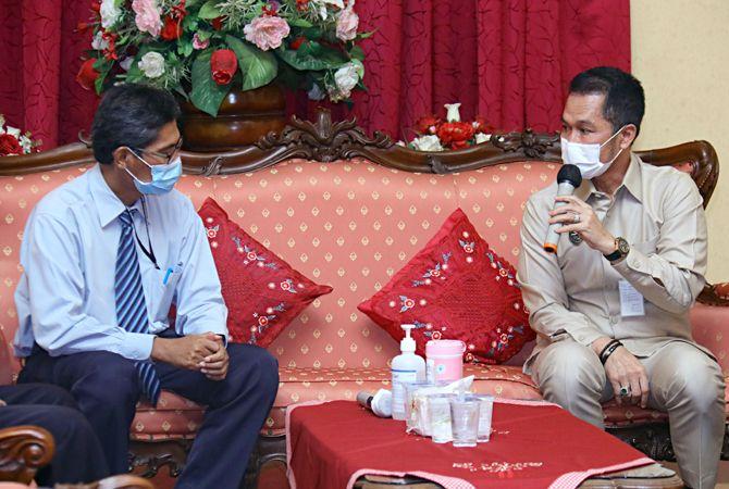 KOMPAK: Plt Bupati Kudus bersama jajaran foto bersama tim KPPN Kudus usai menyerahkan penghargaan WTP kemarin.