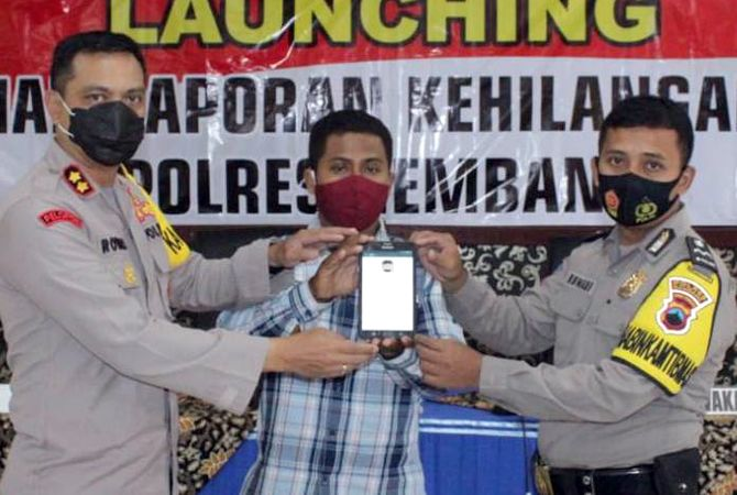 INOVASI: Kapolres Rembang AKBP Kurniawan Tandi Rongre (paling kiri) lounching pelayanan laporan kehilangan online.
