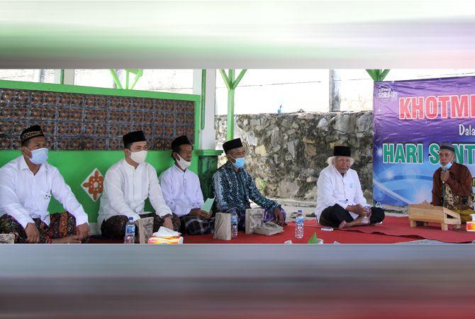 BERHARAP BERKAH: Paslon nomor urut satu Harno-Bayu hadir pada acara khataman Alquran dan tahlil di makam Syeh Hamzah yang digelar Relawan Sorban Biru kemarin.