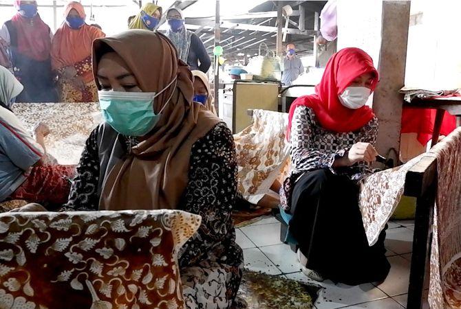MEMBATIK: Srikandi paslon nomor urut satu Harno-Bayu, Musringah dan Vivit Dinarini Atnasari Andriyanto membatik saat menyapa para perajin batik lasem kemarin.