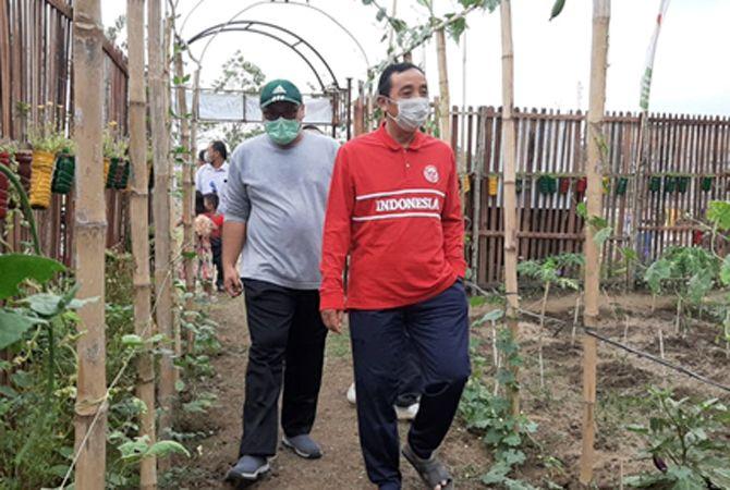 KOMPAK: Paslon nomor urut 2 Hafidz-Hanies melihat kebun rakyat selepas mengikuti senam bersama simpatisan baru-baru ini.