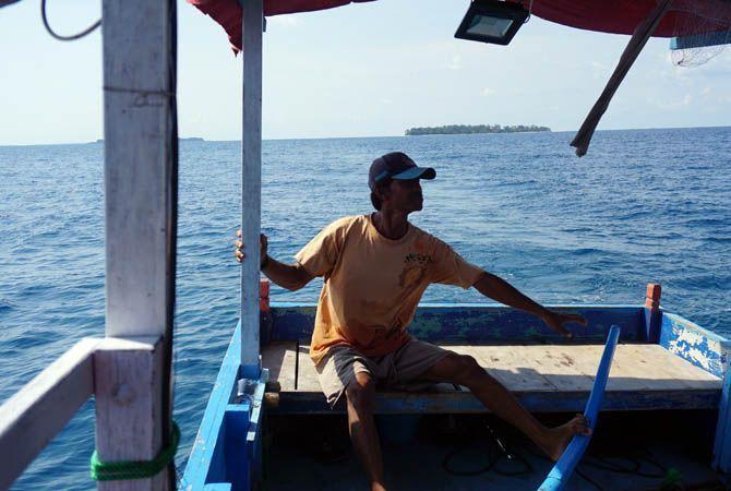 MELAUT: Nelayan Karimunjawa hendak melabuhkan perahu di Pelabuhan Rakyat Karimunjawa usai melaut Sabtu (24/10) pagi.