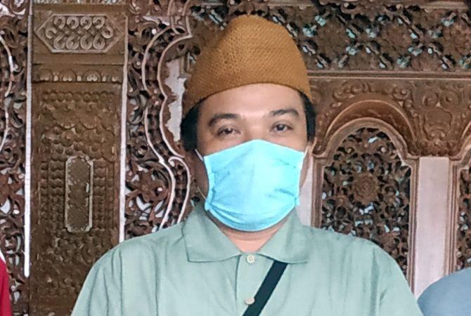 SUKA SARUNGAN: Anggota DPRD Kudus Abdul Basyidh Shidqul Wafa mengenakan sarung dan peci saat ditemui tim Pena Muda di gedung DPRD Kudus baru-baru ini.