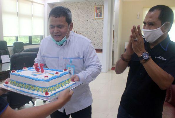 KEJUTAN: GM PLN UIK TJB Rahmat Azim (kiri) menerima kue tart didampingi Direktur Radar Kudus Baehaqi sebagai perayaan Hari Listrik Nasional (HLN) kemarin.