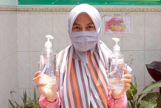 PRODUK PONDOK: Nafisatun Nurroh, Pengurus Ponpes Riyadlotut Thalabah, Kecamatan Sedan, Rembang, menunjukkan disinfektan racikan pihak pondok sendiri.