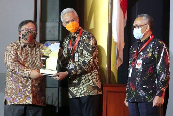 PACU KREATIVITAS: Gubernur Jateng Ganjar Pranowo (tengah) menerima penghargaan Anugerah Inovasi Indonesia Award dari Menristek Bambang Brodjonegoro di auditorium BJ Habibie Jalan Thamrin, Jakarta, kemarin. Insert, piala Anugerah Inovasi Indonesia Award.