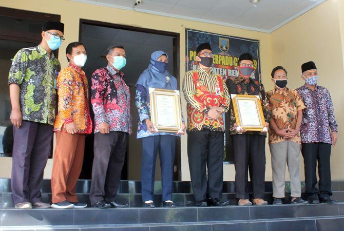 BERPRESTASI: Solihati dan Ayatullah Dwi Cahyono (memegang plakat) menerima penghargaan STBM di kantor Bupati Rembang kemarin.