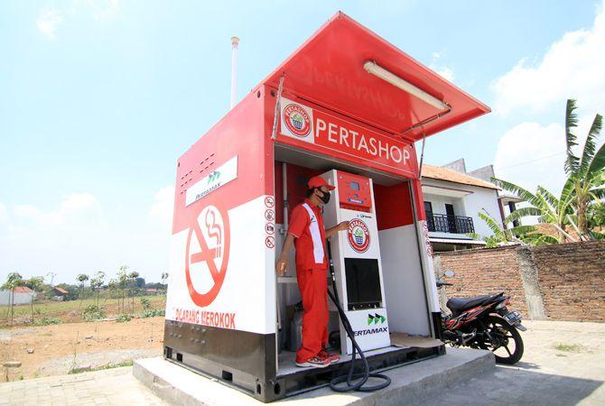 BISNIS BARU: Petugas Pertashop di Desa Singocandi, Kota mengecek mesin pompa baru-baru ini.