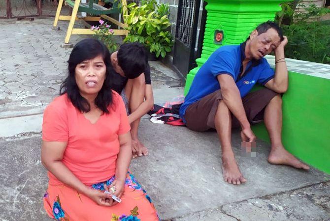 NAHAS: Keluarga korban perampokan duduk di halaman rumah dengan lemas usai kediamannya disatroni perampok kemarin pagi.