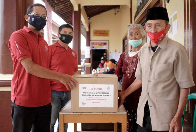 PEDULI : PT Semen Gresik menyerahkan bantuan kepada korban erupsi Gunung Merapi baru-baru ini.