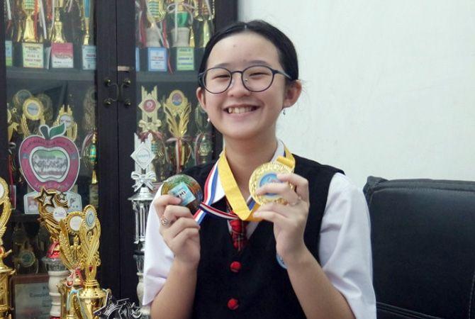 JENIUS: Felicia Grace Angelyn Ferdianto menunjukkan medali dan piala yang pernah ia raih di ruang tamu rumahnya belum lama ini.