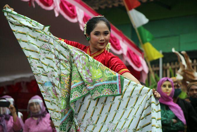 BELAJAR BERSAMA: Para peserta dari dalam dan luar Rembang berlatih tari orek-orek untuk mengisi waktu luang sekaligus nguri-uri budaya di Musuem RA Kartini baru-baru ini.