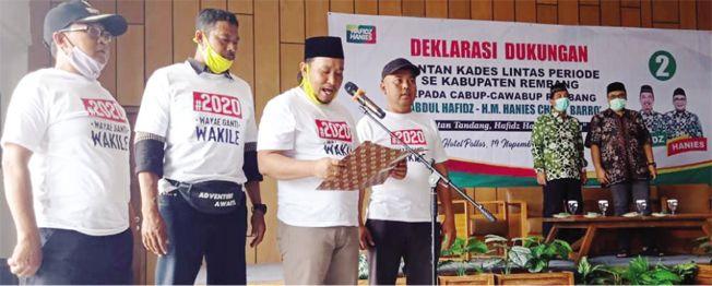 RAPATKAN BARISAN: Ketua mantan kades lintas periode se-Kabupaten Rembang membacakan ikrar bersama untuk memenangkan Hafidz-Hanies pada Pilkada 9 Desember mendatang.